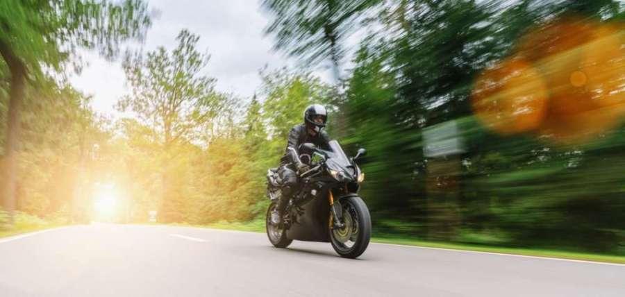 Comment bien préparer un road trip avec sa moto scrambler en France?
